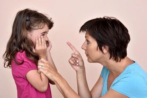 Éduquer avec des menaces est une erreur : raisons, conséquences et solution