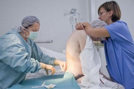 L'anesthésie péridurale peut provoquer des complications telles qu'une hypertension sévère ou une allergie au produit