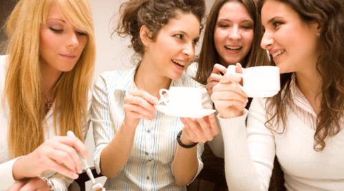 Femmes en train de boire du café