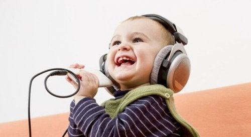 4 choses que les parents apprennent des enfants heureux
