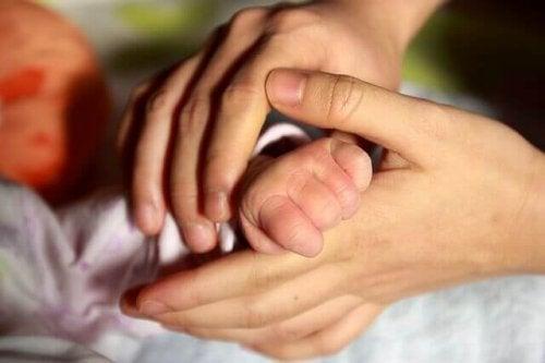 Pourquoi le contact physique avec le bébé est-il bon ?