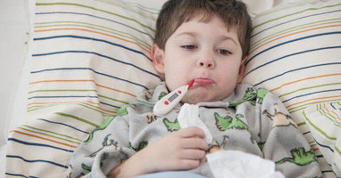 Un enfant enrhumé doit être bien couvert.