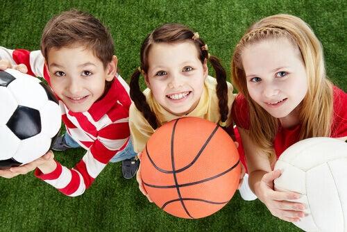 Les enfants peuvent essayer plusieurs activités sportives.