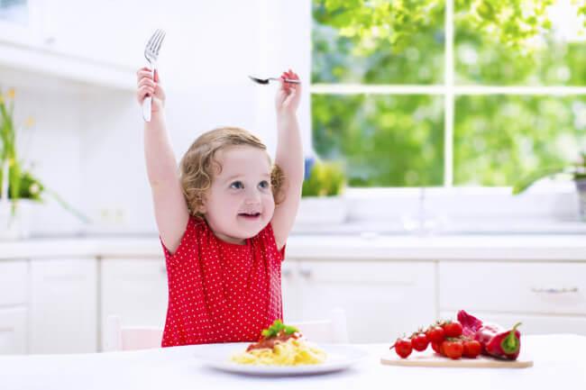 Proposez à votre enfant de manger la même chose que vous.