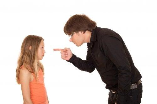 Père qui gronde sa fille