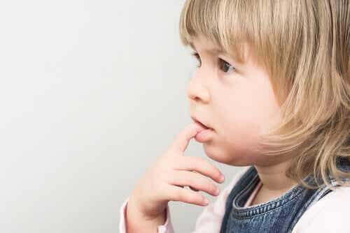 Pourquoi les enfants se rongent-ils les ongles ?