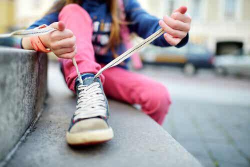 Comment apprendre à un enfant à attacher ses lacets ?