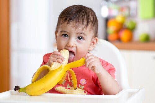 La banane est un aliment très facile et pratique à incorporer dans les recettes sucrées pour les bébés