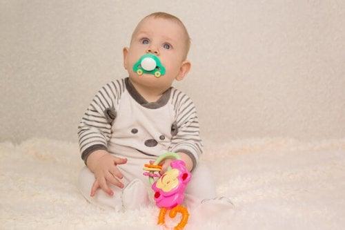 La tétine possède de nombreux avantages comme aider le bébé à s'apaiser et trouver le sommeil