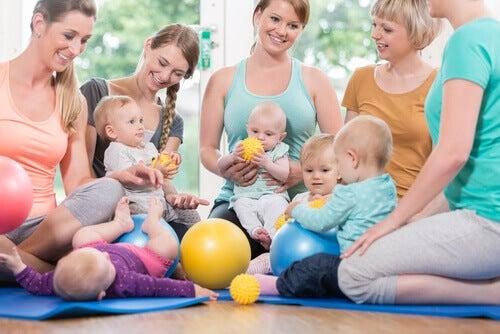 Les gymnases pour les bébés permettent de créer une interaction entre eux et leurs parents