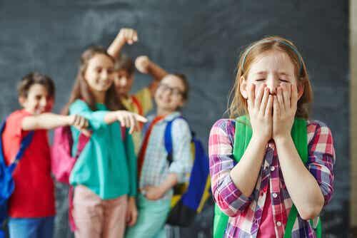 Apprenez à votre enfant à faire face aux taquineries