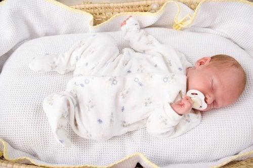 Créer des habitudes de sommeil le plus tôt possible chez les bébés permet d'harmoniser les horaires de chacun à la maison