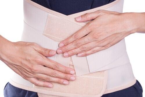 deux mains ceinture post-natale