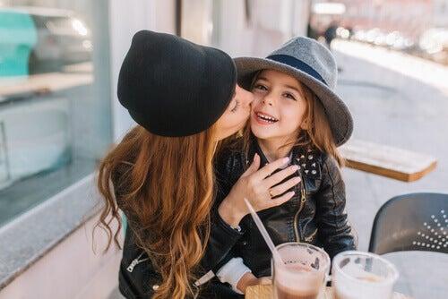 Les parents millénaires accordent beaucoup d'importance aux gestes portés envers leurs enfants et leurs proches
