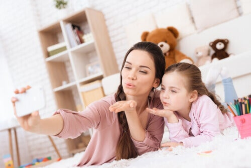 Les parents millénaires sont très connectés avec leurs enfants par le biais des téléphones et des réseaux sociaux