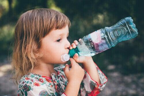 Surveiller l'hydratation et boire suffisamment d'eau aura un impact important sur la constipation chez les enfants