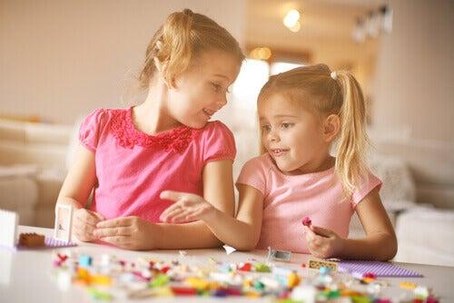 Apprendre à un enfant à ranger ses affaires tout en lui laissant de la liberté pour faire ses expériences