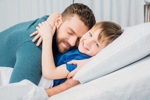 père enlaçant fils vitamines émotionelles