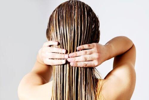 Un des rituels de beauté rapides est d'appliquer de l'huile de coco une fois par semaine sur les cheveux et le garder toute la nuit