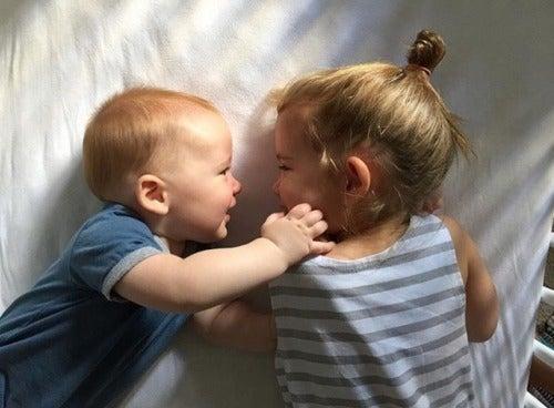 petite fille jouant avec son nouveau frère