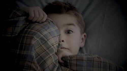 Le noir fait partie des peurs fréquentes chez les enfants de six ans.
