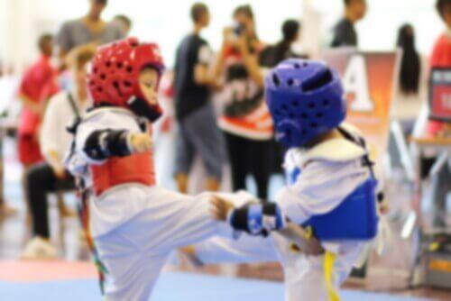 L'enfant a besoin d'un dobok pour pratiquer le taekwondo.