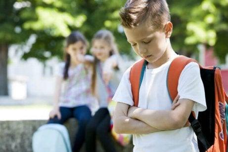 Si on se moque de mon enfant à l'école, la meilleure chose à faire est de sourire