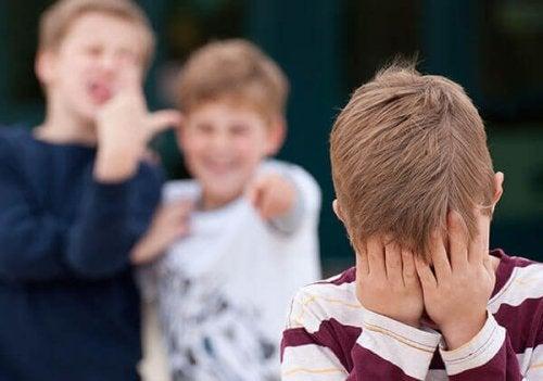 On se moque de mon enfant à l'école, comment réagir ?