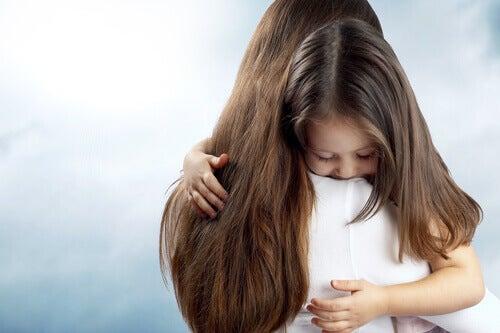 La peur d'être seul chez les enfants ne doit pas être minimisée par les parents