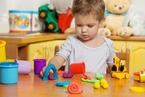 Les avantages de la pâte à modeler pour les enfants