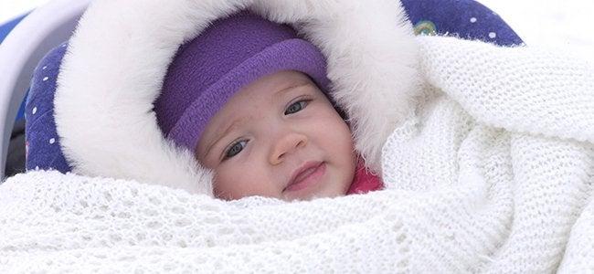 Il est judicieux de couvrir le bébé avec plusieurs couches pour éviter qu'il attrape froid