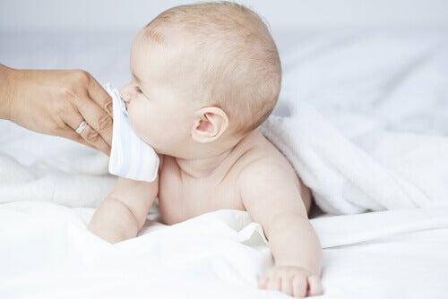 En cas de congestion nasale, il est important de bien hydrater l'enfant