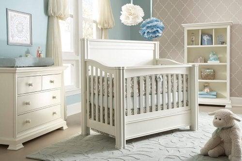 Le berceau du bébé dans une chambre