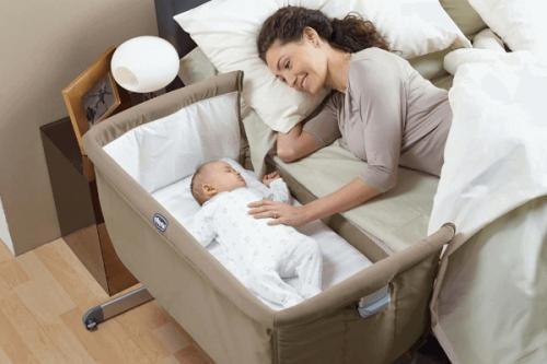 Berceau collé au lit du bébé