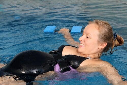 Les avantages de pratiquer la natation pendant la grossesse