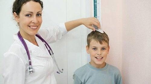 enfant en déficit avec un médecin