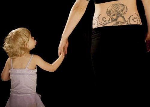 enfant et mère avec un tatouage sur le bras
