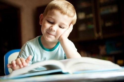 enfant lisant sur les dinosaures