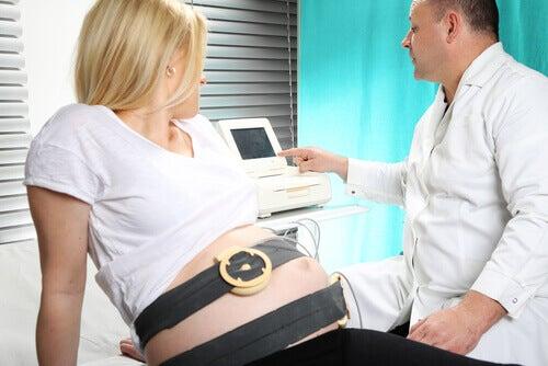 femme chez le docteur qui a peur de l'accouchement