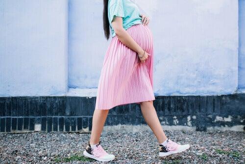 femme enceinte marchant avec la dyspnée