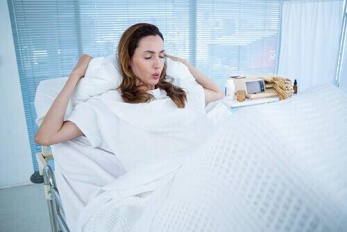 femmes avec contraction son accouchement est retardé