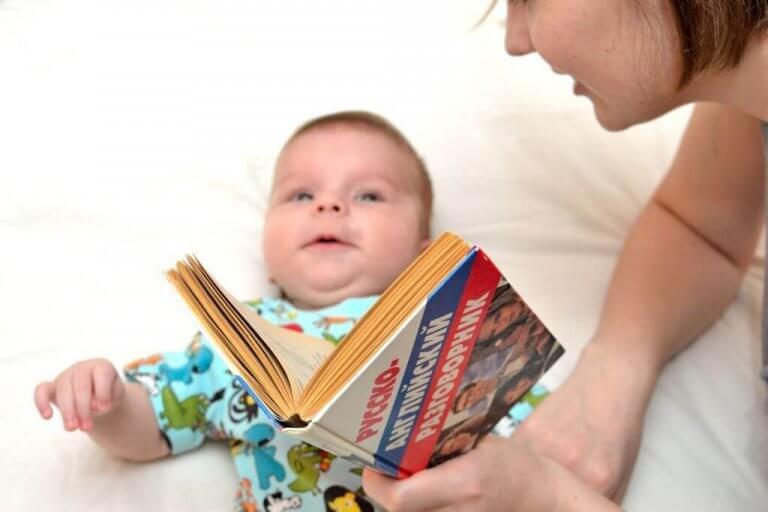 La voix de la mère ainsi que ses sons propres sont enregistrés dans le cerveau du bébé depuis l'utérus