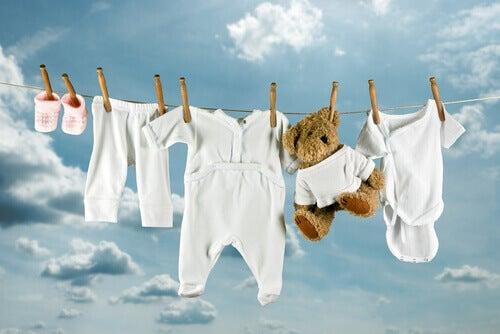 les vêtements du bébé épinglés