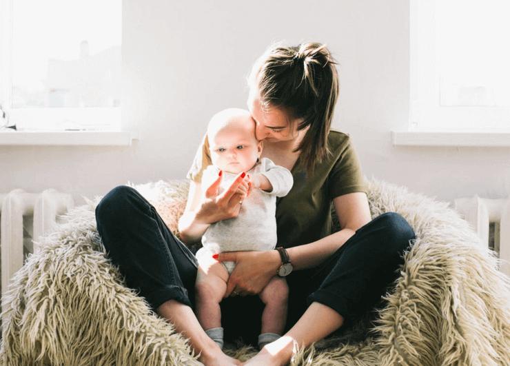 Le bébé doit boire le lait en position verticale afin d'éviter toute sorte d'étouffement