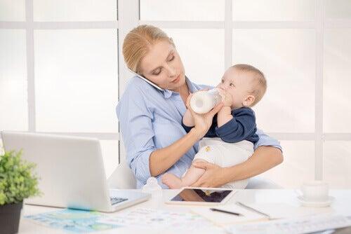 maman qui travaille et continue à allaiter