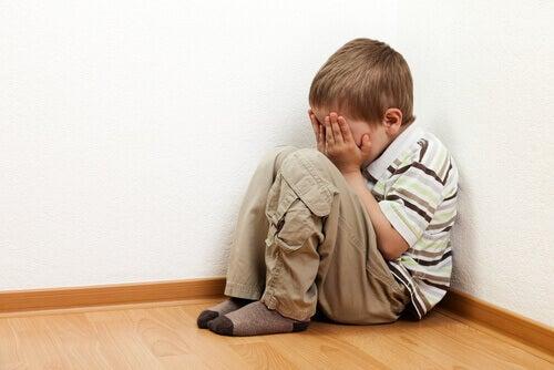 Pourquoi les enfants ont-ils peur d'être seul ?