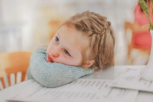 Les coiffures pour les filles aux cheveux courts sont simples et mettent en valeur le visage de l'enfant