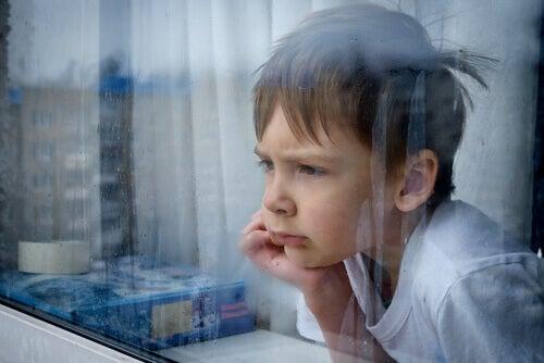 Le sentiment de frustration chez les enfants apparaît quand ils ne sont pas satisfaits et attendent une récompense
