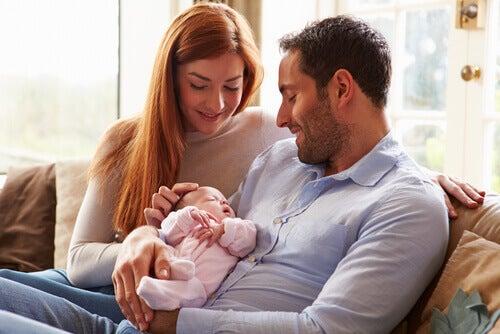 Un manuel d'instructions pour les nouveaux parents peut être utile avant la naissance du premier bébé