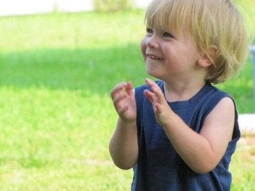 Enfant heureux et un an de bonheur